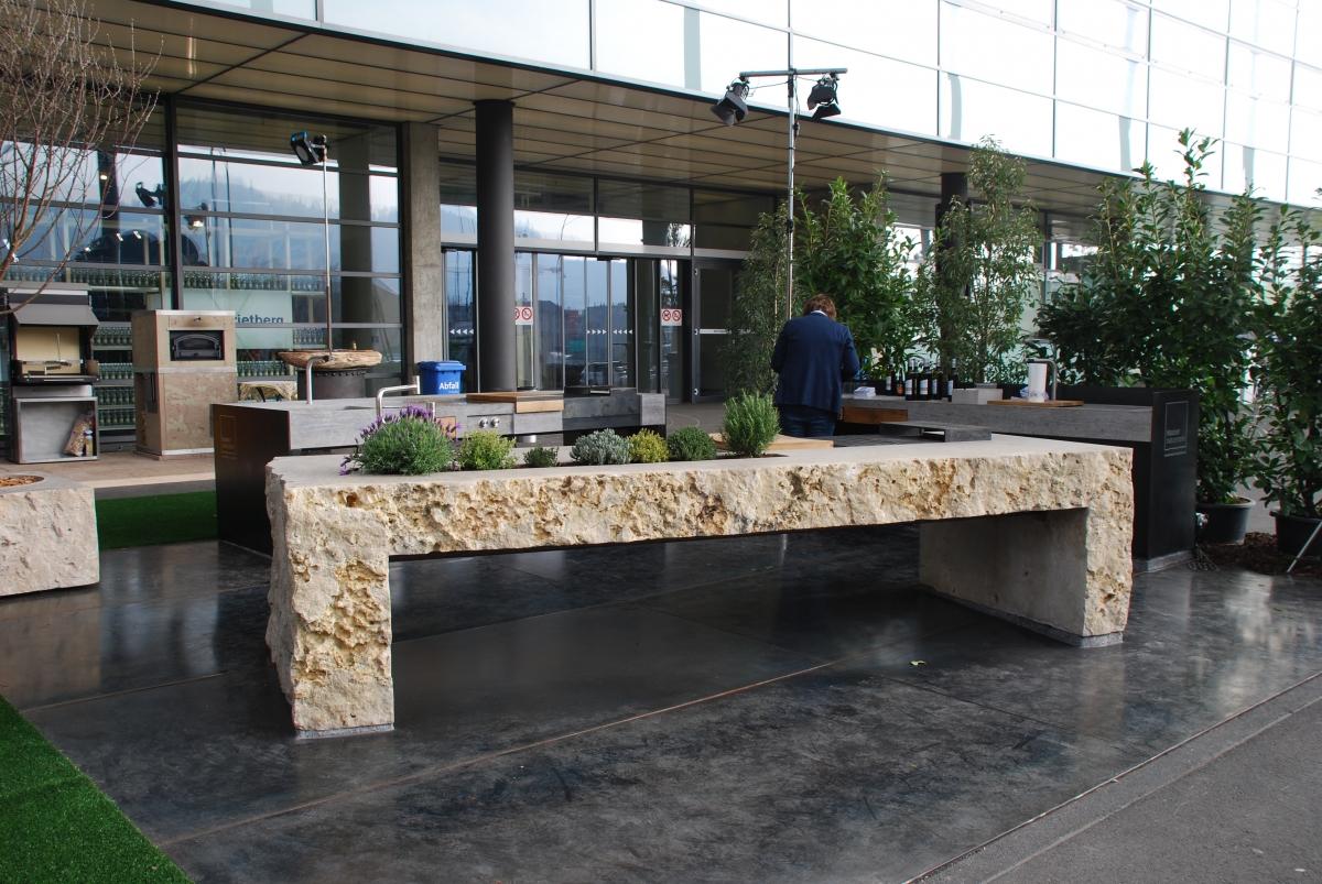 Gartenküche aus massivem Naturstein